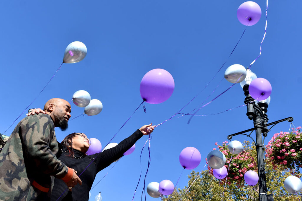 Donyell Chase-Willis and her fiancé release balloons in Cambridge's Harvard Square to honor her brother Darryl Willis, who was fatally struck by a truck there on Aug. 18. Sept. 19, 2020. (© Greg Cook photo)