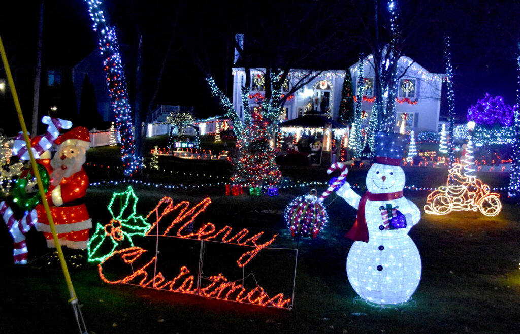 Christmas lights at 401 Lynn Fells Parkway, Saugus. 2020. (©Greg Cook photo)